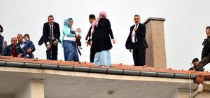 Cumhurbaşkanı Kırşehir'de cuma namazı kılarken, 3 kadın çatıya çıktı