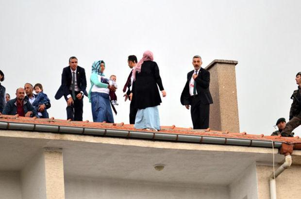 Cumhurbaşkanı Erdoğan Kırşehir'de cuma namazı kılarken, 3 kadın çatıya çıktı