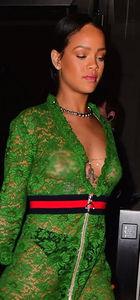 Rihanna yine sütyensiz