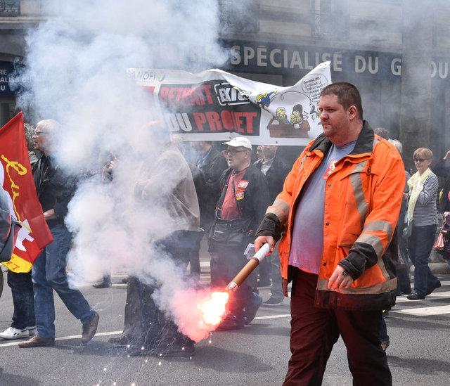 Fransa'da grev Euro 2016'yı vurabilir!