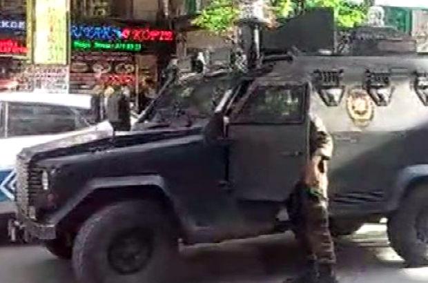 Bakırköy'de aranan şüpheli bir kadını rehin aldı