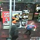 7 yaşındaki çocuk hırsızlara kafa tuttu!