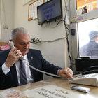 Başbakan Yıldırım, taksi durağını ziyaret etti, telefona baktı
