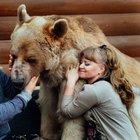 136 kiloluk ayıyla beraber yaşıyorlar