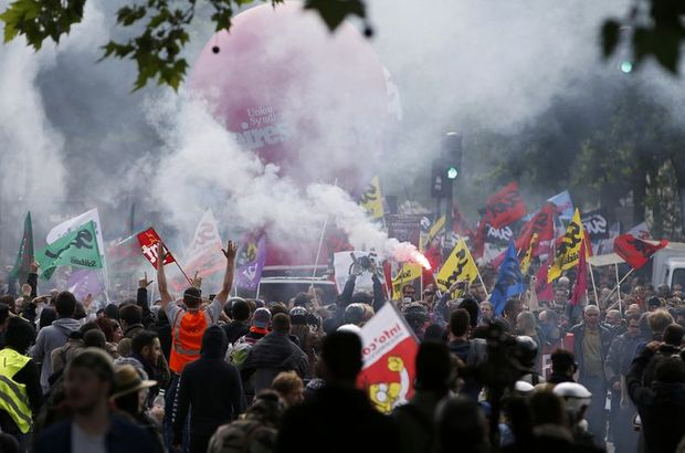 Fransa'da ulaşım sektörü çalışanları süresiz greve çıkıyor