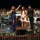Nilüfer, unutulmaz şarkılarını öğrencilerle birlikte seslendirdi