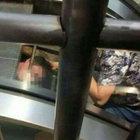 Yürüyen merdivenin içine sıkıştı