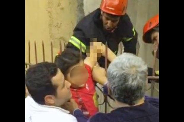 Minik kızın koluna korkuluk demiri saplandı