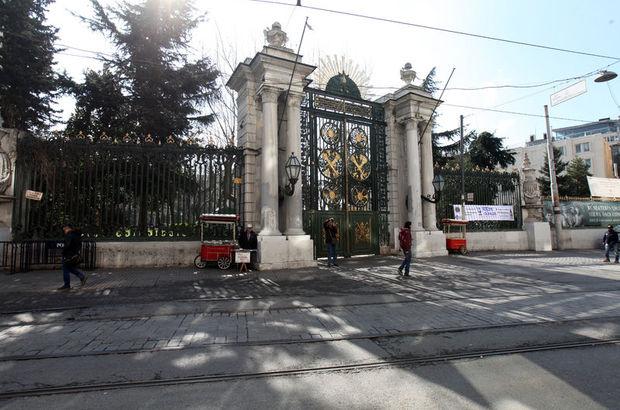 Galatasaray Lisesi Müdürü Meral Mercan'a öğrenciler'den  iş ilanlı protesto