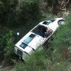 Tarsus'ta minibüs dereye uçtu: 6 yaralı