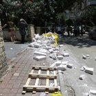 Kadıköy'de ağaca takılan betonlar kadının üzerine düştü