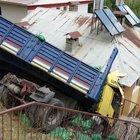 Tunceli'de freni boşalan TIR evin üzerine uçtu