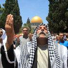 Binlerce Filistinli cuma namazı için Mescid-i Aksa'yı doldurdu