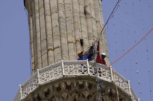 Mahya ustalarının minare şerefesindeki zorlu mesaileri