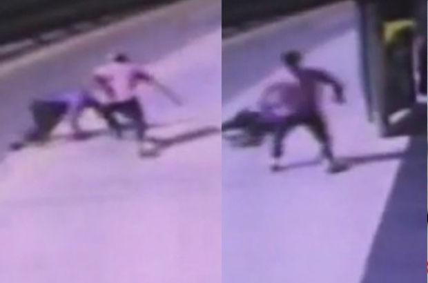 Metrobüs durağında bıçaklı kavga güvenlik kamerasında