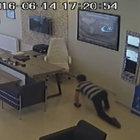 Beylikdüzü'nde emekleyen hırsız kameraya takıldı