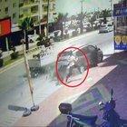 Mersin'de ölümün teğet geçtiği kaza kamerada