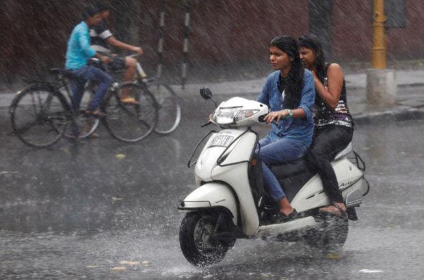 Hindistan'daki muson yağmurları, fırtına ve yıldırım çarpması sonucu 80 kişi öldü