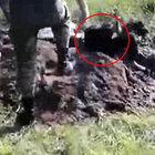 Ukraynalı askerler bir kişiyi diri diri gömdü!