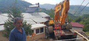 Ordu iş makinesi taşıyan kamyon eve çarptı