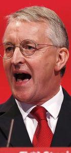 İngiltere'de İşçi Partisi'nden istifalar gelmeye başladı