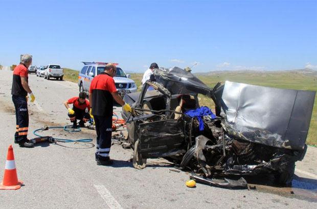Sivas'ta TIR ile otomobil çarpıştı: 2 ölü, 3 yaralı