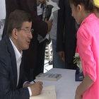 Ahmet Davutoğlu kitabını imzaladı