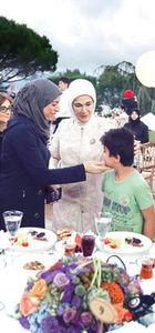 Emine Erdoğan, Huber Köşkü'nde sığınmacılara iftar verdi