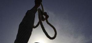 Mahkumların nasıl idam edildiğini gösterirken kendini astı
