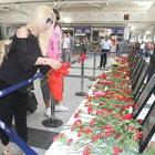 Seda Sayan, Atütürk Havalimanı'nda karanfil bıraktı