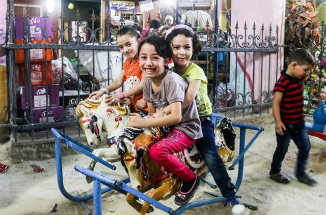 Suriye'de savaş mağduru çocuklar yer altı parklarında oyun oynuyor