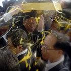 Güney Kore Başbakanı'na yumurta ve pet şişe fırlattılar