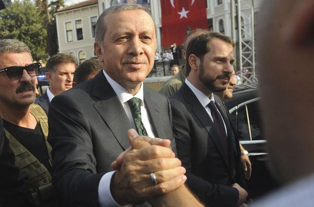 Cumhurbaşkanı Erdoğan, Kısıklı'daki evinden çıktı, halkı selamladı