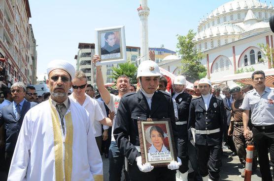 Ağabey Reşit Güler'in kız kardeşinin fotoğrafını taşıma anı
