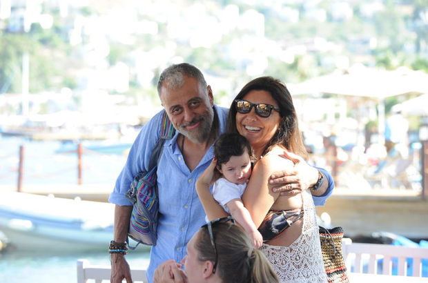 Hamdi Alkan ile Selen Görgüzel bir arkadaşlarının çocuğuyla poz verdi