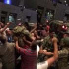 Vatandaşa silah doğrultmayan asker omuzlara alındı