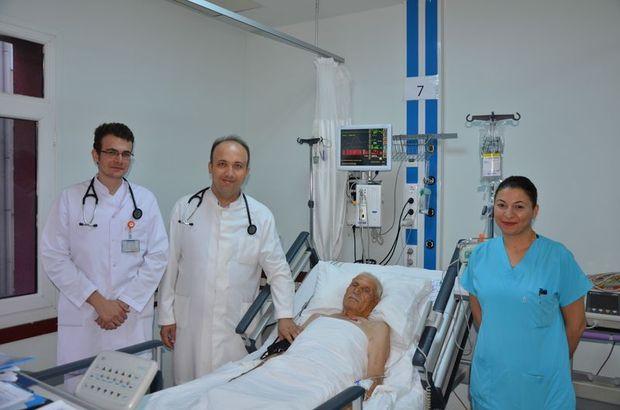 93 yaşındaki riskli hastanın kalp damarları aynı seansta açıldı!
