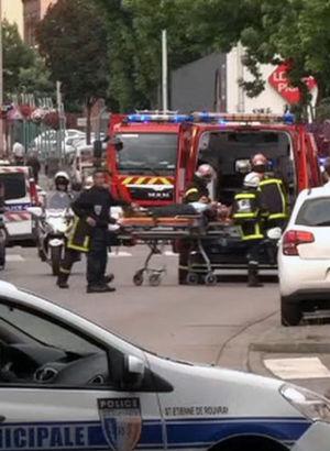 Fransa'da bıçaklı kişiler kilisedekileri rehin aldı, papazı öldürdü