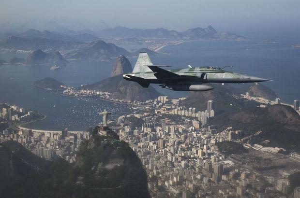 Brezilya'da iki savaş uçağı havada çarpıştı