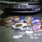 Otomobilde FETÖ kitapları ve uyuşturucu bulundu
