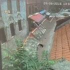 Karaköy'de bir binanın duvarı çöktü