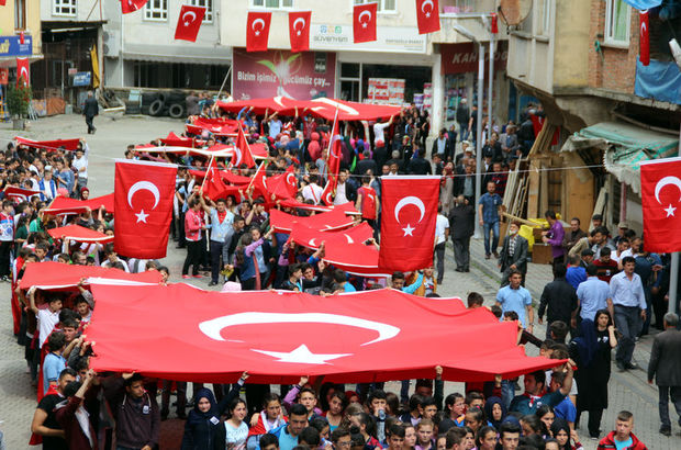 Teröre karşı Türk Bayraklarıyla yüründü