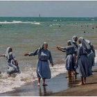 Denize giren rahibelerin fotoğrafını paylaşan imamın hesabı donduruldu
