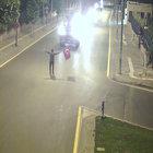 Elinde Türk bayrağı ile darbeci askerlere engel oldu