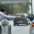 İzmir'de trafikte iki otomobilde 'alkollü' alışveriş