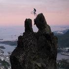 Norveçli bisikletçinin iki tepe arasındaki atlayışı nefes kesti
