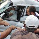 Araçta sıkışan yaralıyı vatandaşların akıl almaz kurtarma yöntemi