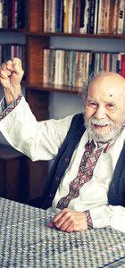 Vedat Türkali, Nâzım Hikmet'in gömleğiyle, sağ eli havada gülümseyerek poz vermişti