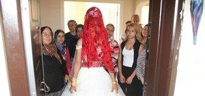 Bursa'da gelin, 'Davulsuz çıkmam' dedi, damat tarafı 3 saat kapı önünde bekledi