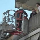 3 katlı binanın merdiveni çöktü, anne-kız mahsur kaldı